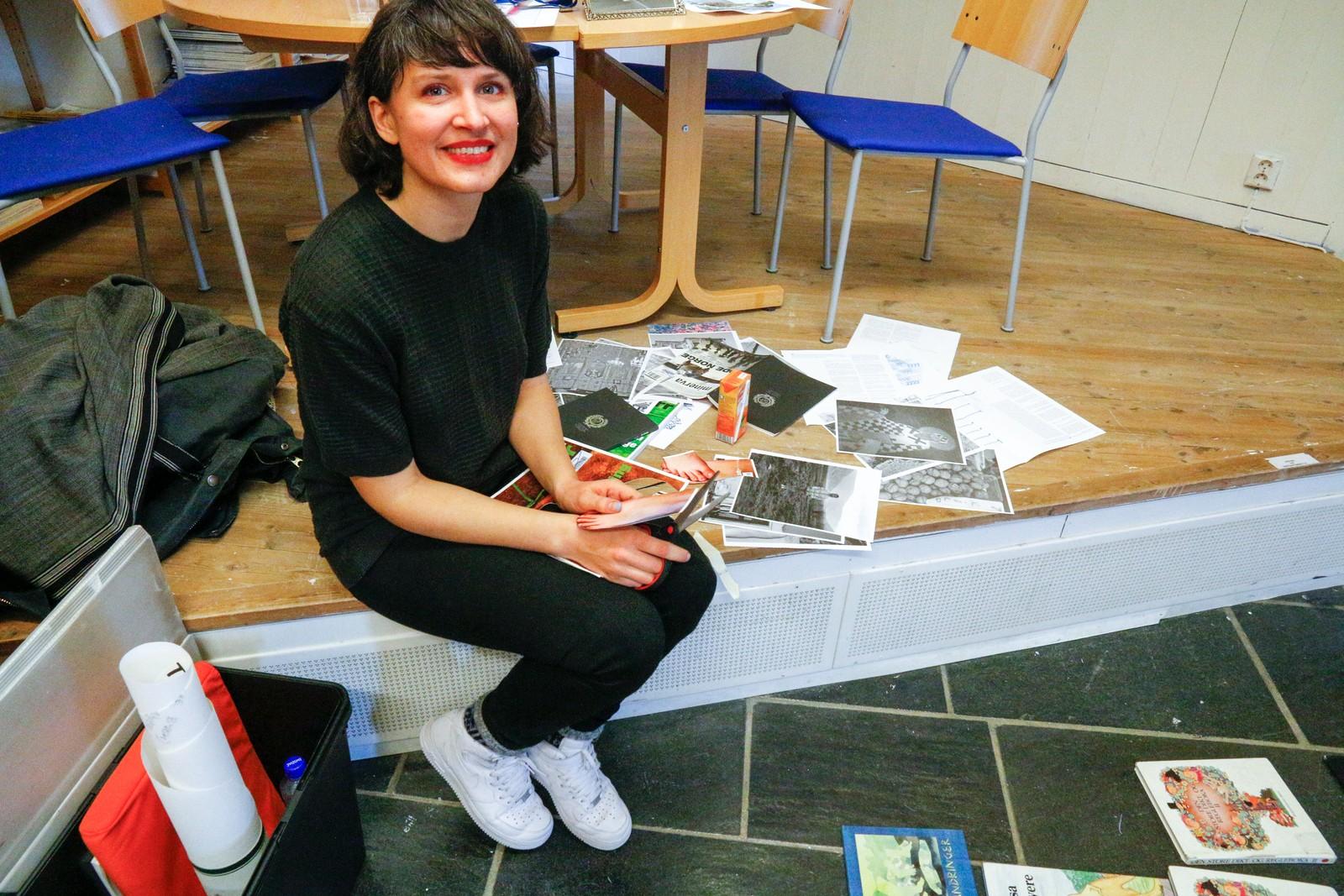 WORKSHOP: Vilde Jensen Hjetland frå Kvamsøy, Balestrand, lærer ungdommane å lage collage med saks og papir. Kunstnaren driv sjølv med mykje forskjellig, blant anna lagar ho kostymer for Thea Hjelmeland.