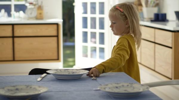 """<span class=""""kicker-title"""">Mors lille hjelper:</span>Ida hjelper mor å dekke bordet"""