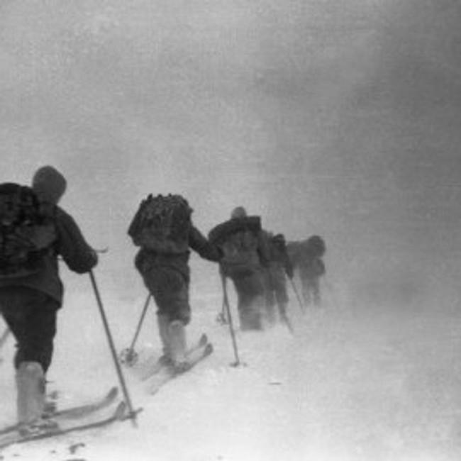 De ni studenten på vei til fjellet Kholat Syakhl. Bildet er tatt 1. februar.