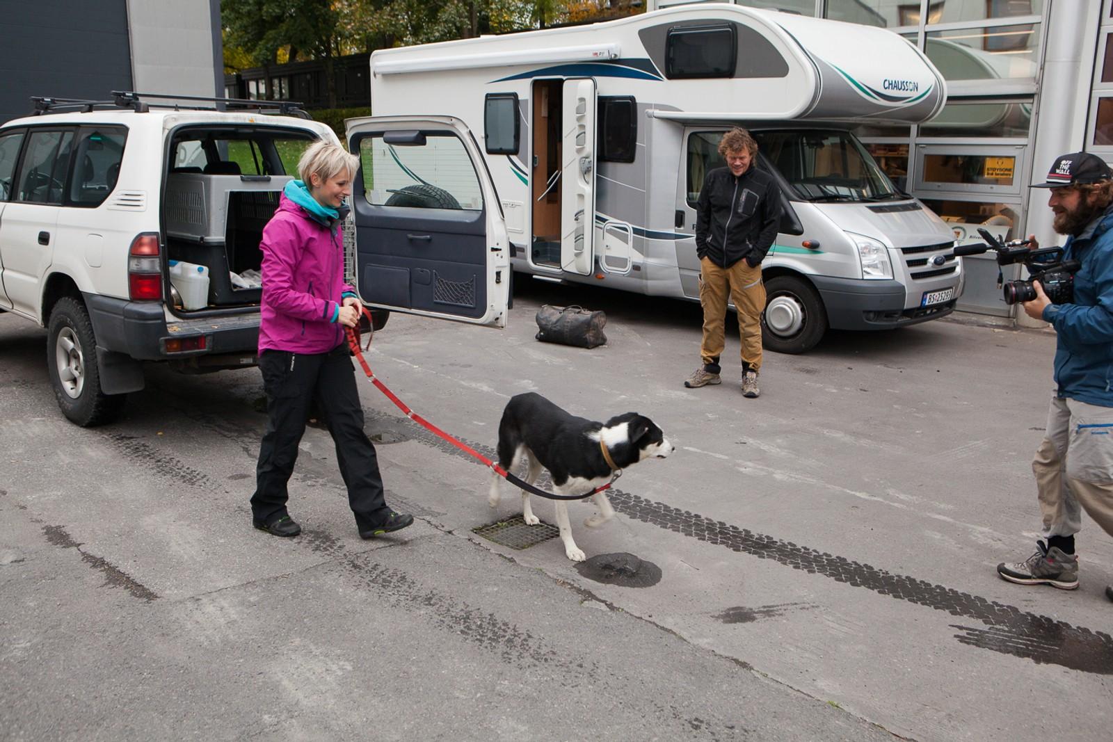 Etter månder med detaljert planlegging starter Monsen på villspor-turene hos NRK på Marienlyst i Oslo. Der møtes programleder Anne Rimmen og Lars Monsen, som gjør seg klar for turene han ikke aner hvor han skal.