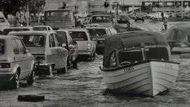 STORMFLO: Under stormen i Vest-Europa i 1987 kunne man møte på båter i Mammutkrysset i Tønsberg, i Grimstad ble båthavner skadet, og på Aker Brygge fosset vannet inn i et byggeområde.