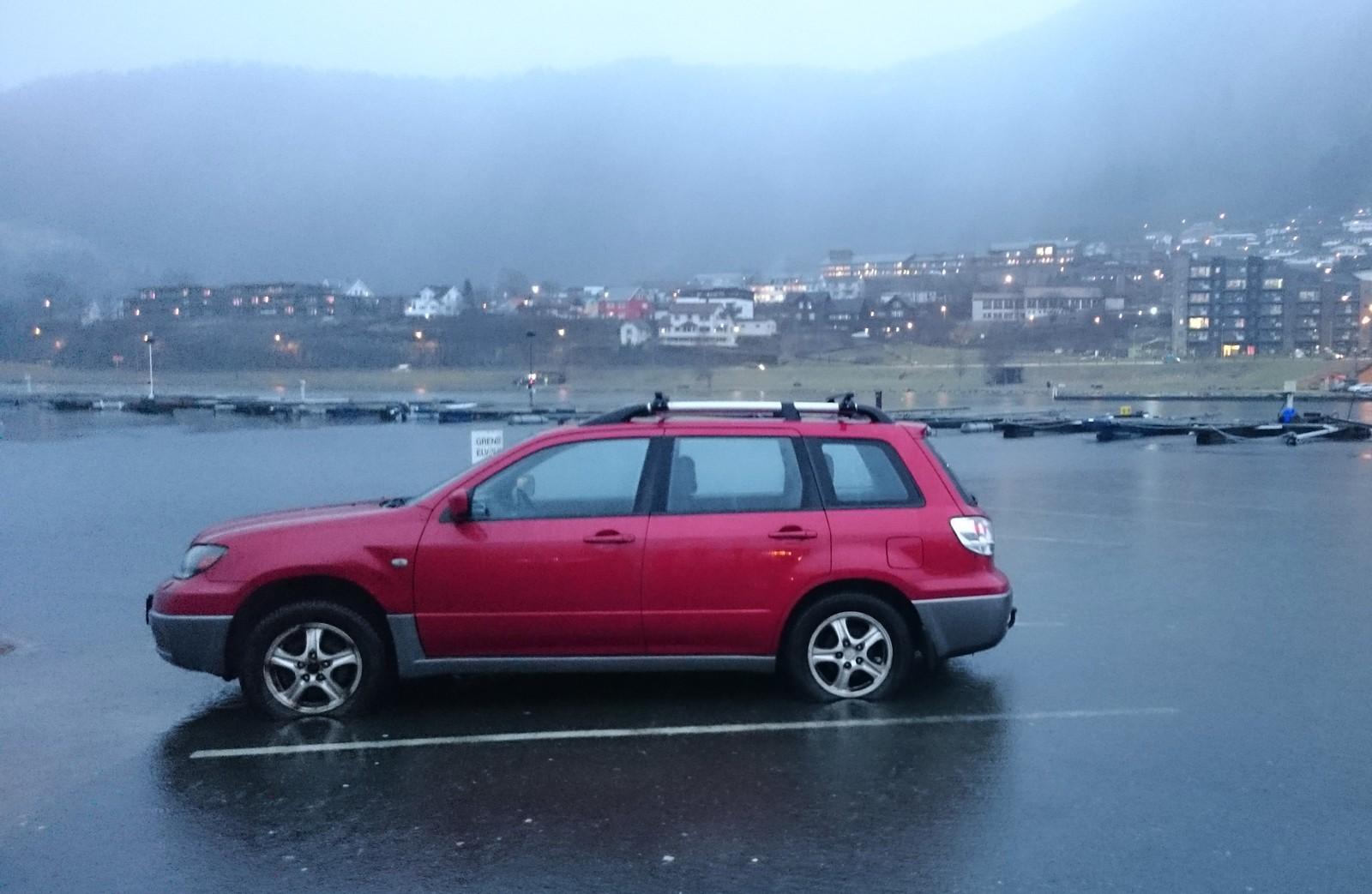 VÅTT OG GRÅTT: Vannet nådde nesten denne bilen som hadde parkert ved Øyrane torg i Arna.