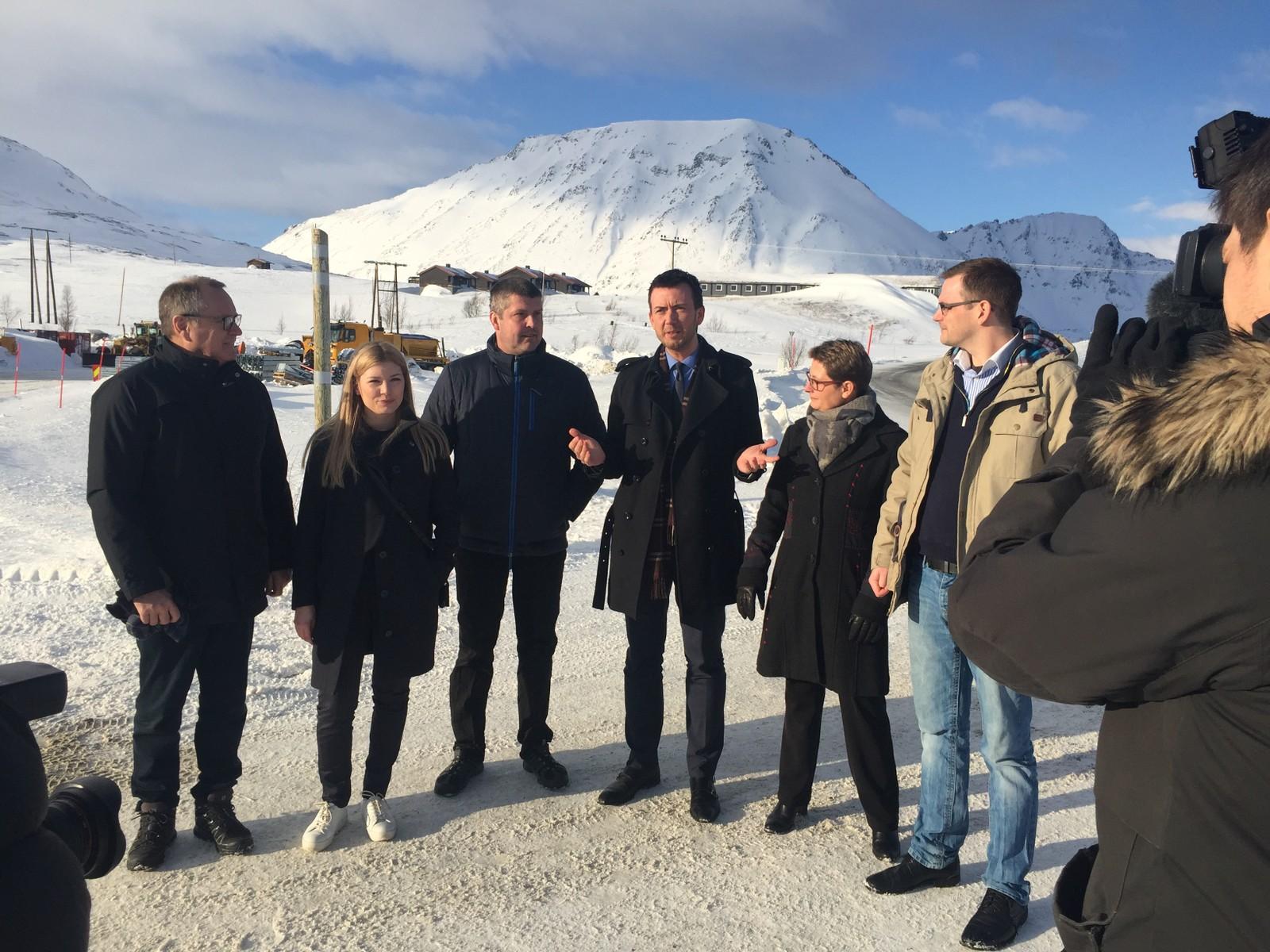 Kent Gudmundsen med en rekke politikere på Kvænangsfjellet, der de presenterte nyheten om at man skal bruke 1,6 milliarder til tunnel gjennom Kvænangsfjellet.