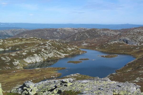 Småholmen mot Mjeltenuten -  Foto: Arne Hjeltnes