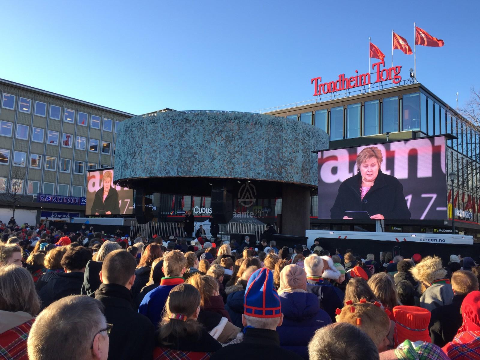 Erna Solberg på scenen under åpningen av Tråante 2017 på torget i Trondheim