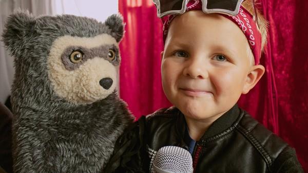 Johannes har lyst til å synge for mamma, men hun må bade lillesøster. Norsk dramaserie.
