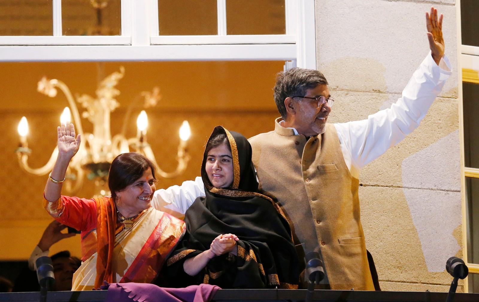 KONA: Kailash Satyarthi og Malala Yousafzai fikk selskap av Satyarthis kone Sumedha da de hilste fakkeltoget.
