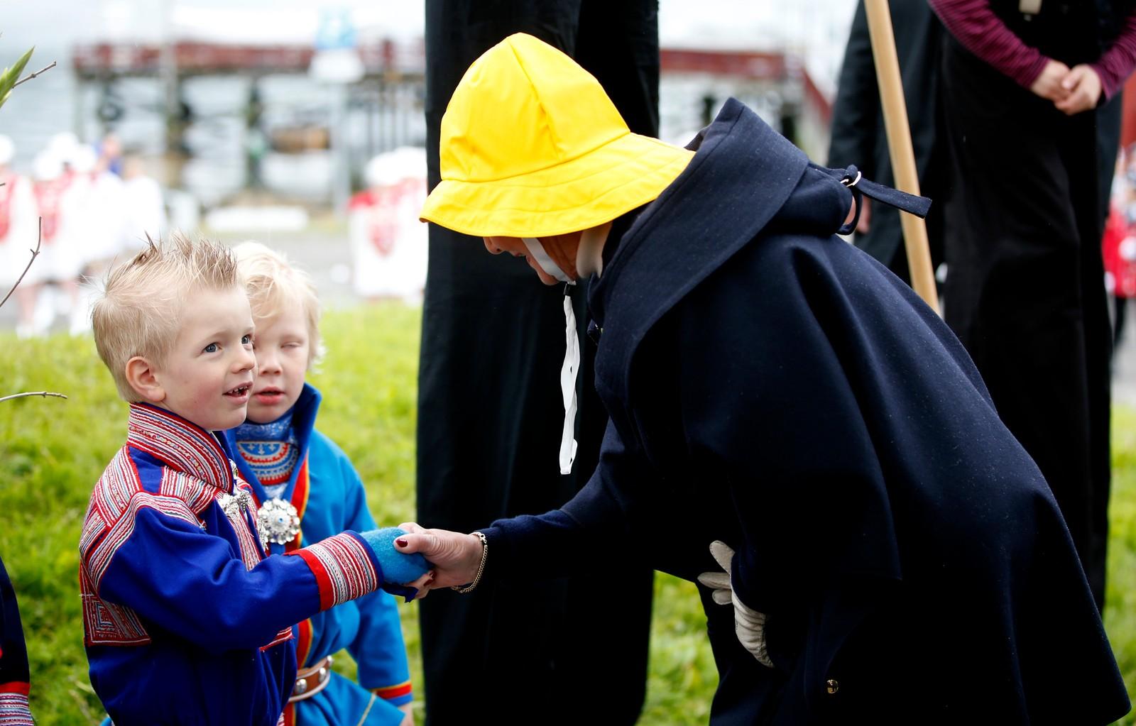 """Dronning Sonja under kongeparets hagefest for 300 inviterte gjester på """"Skansen"""" i Tromsø lørdag. Reisen inngår som en del av markeringen av Kongeparets 25-årsjubileum. Foto: Lise Åserud / NTB scanpix"""