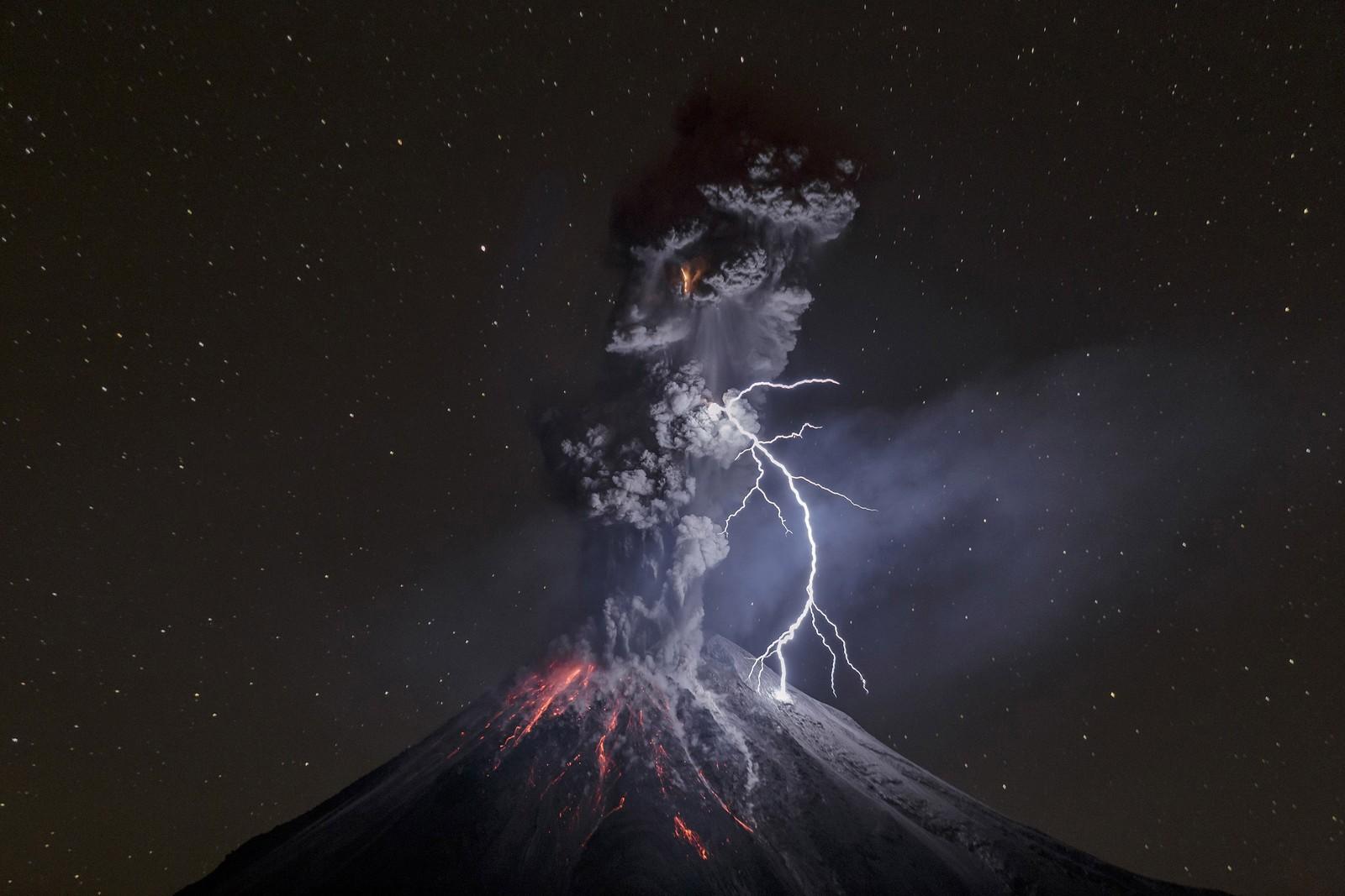 Bildet The Power of Nature av Sergio Tapiro viser et utbrudd i Colima-vulkanen i Mexico, og kom på tredjeplass i naturkategorien.