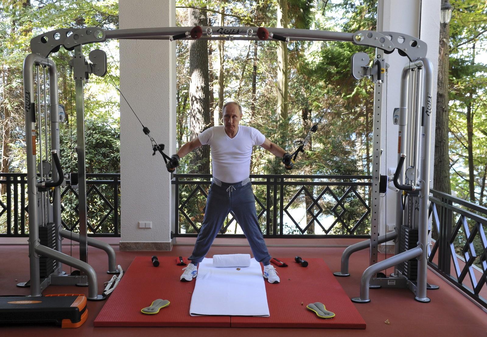 Bildebyråene kunne denne uka tilby over 50 bilder av president Vladimir Putin og statsminister Dmitrij Medvedev på treningsrommet, ved middagsbordet, foran grillen og på en boksekamp i forbindelse med et møte de hadde i nærheten av Sochi. Vi fikk bare plass til ett, og gikk for dette.