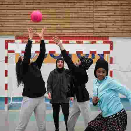 Jenter leker med ball