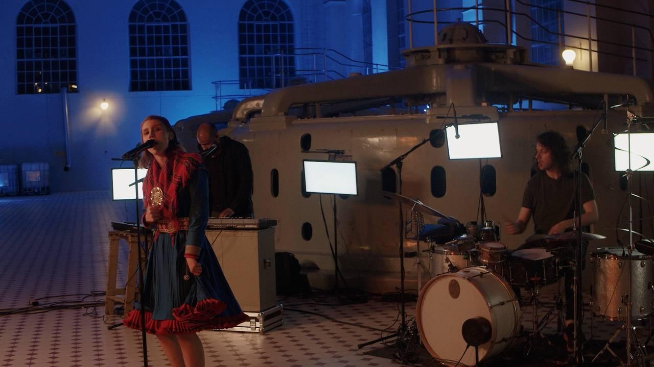 Bandet Isák, vokalist Ella Marie Hætta Isaksen har vrengt kofta i protest mot kobbergruven i Repparfjorden
