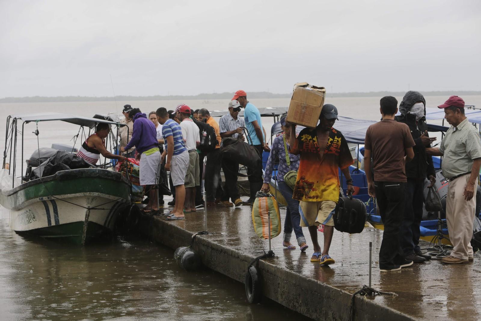Fleire tusen menneske er bedne om å evakuere frå dei mest utsette områda i Costa Rica og Nicaragua før orkanen Otto er venta å nå land.