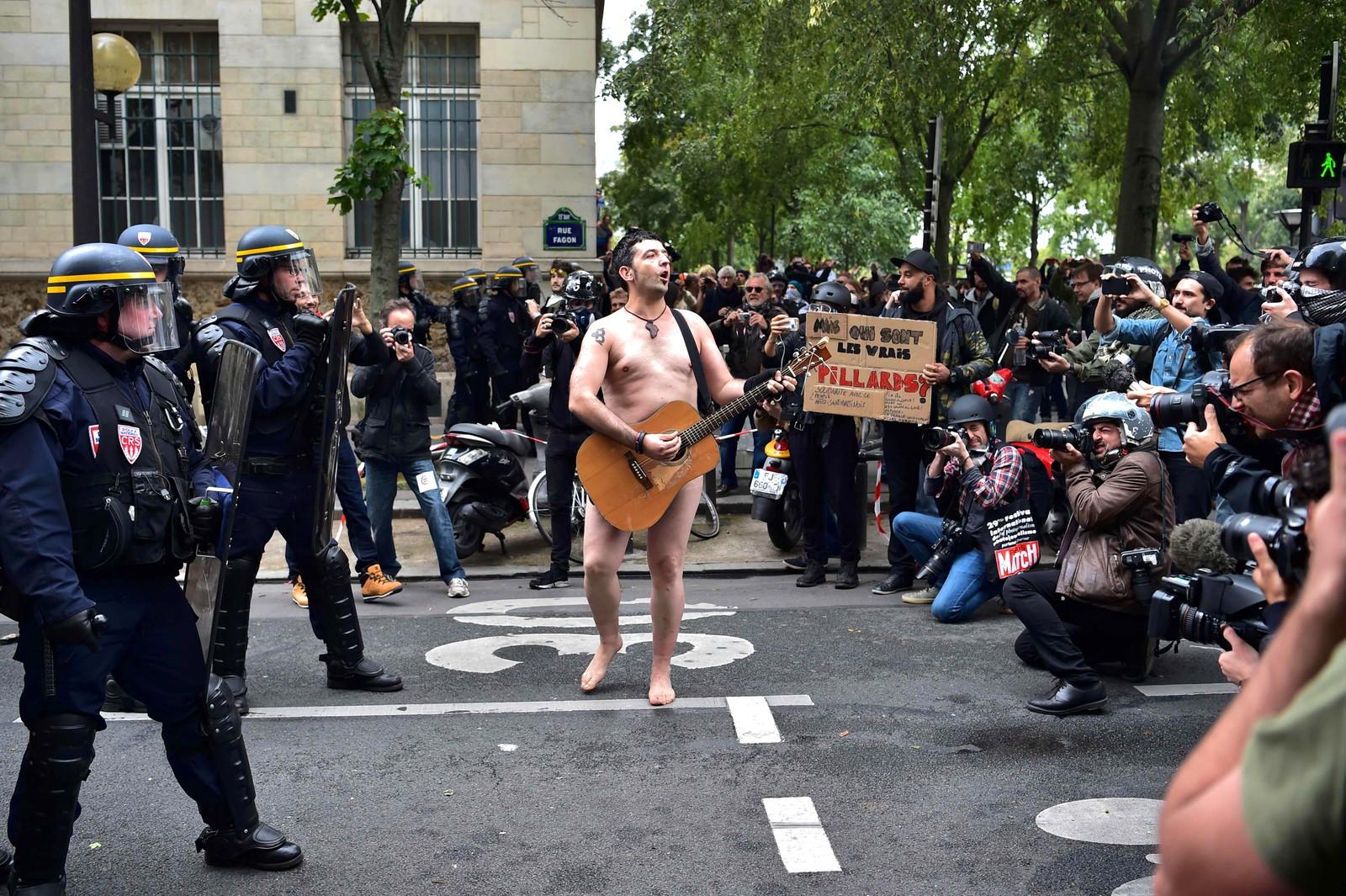 Han vet i alle fall hvordan han skal få oppmerksomhet. Denne uka demonstrerte flere i Paris mot en ny jobbreform.