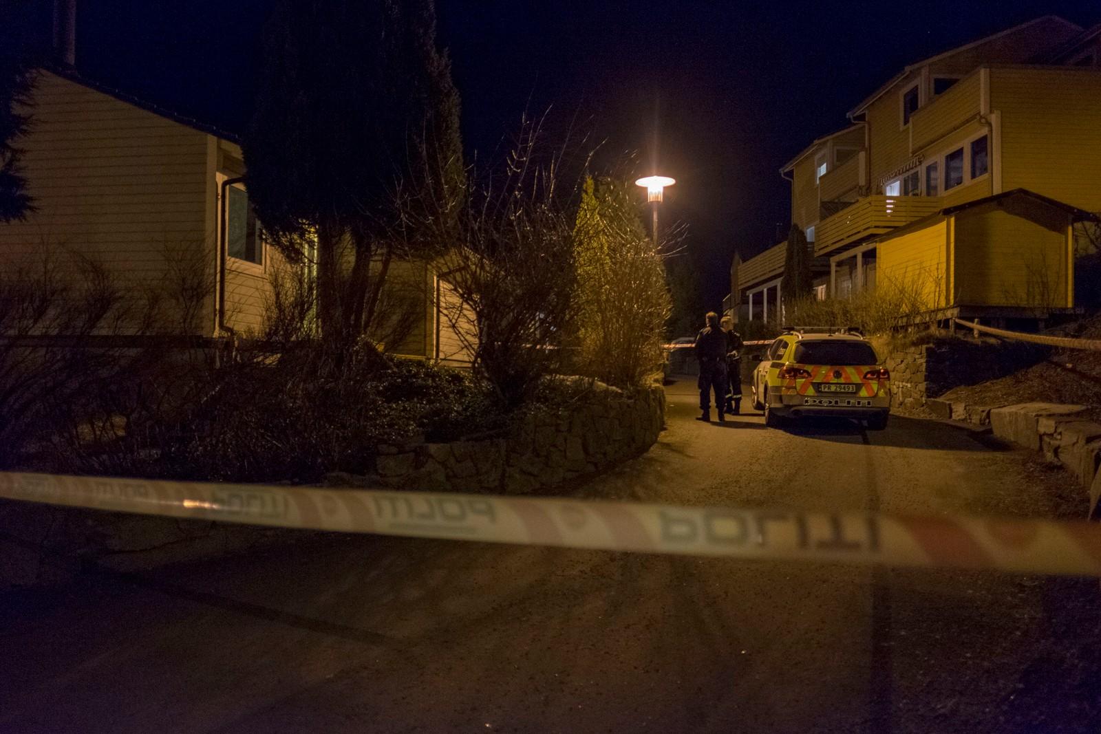 Et større område var natt til lørdag sperret av på Hånes i Kristiansand, etter et mistenkelig dødsfall i en bolig sent fredag kveld.