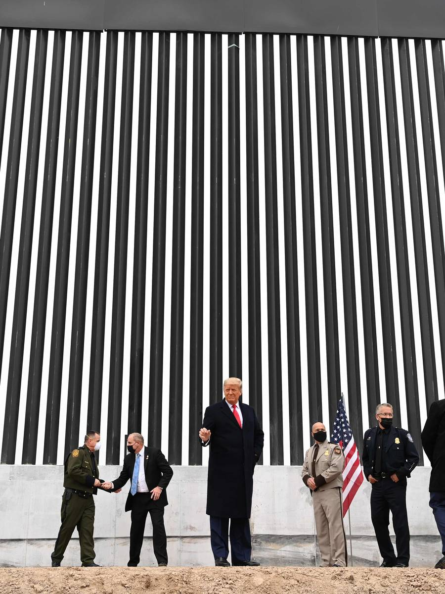 Tidligere president Donald Trump besøker grensegjerdet for siste gang i sin presidentperiode. Han høstet massiv kritikk for sin politikk ved grensa mot Mexico.