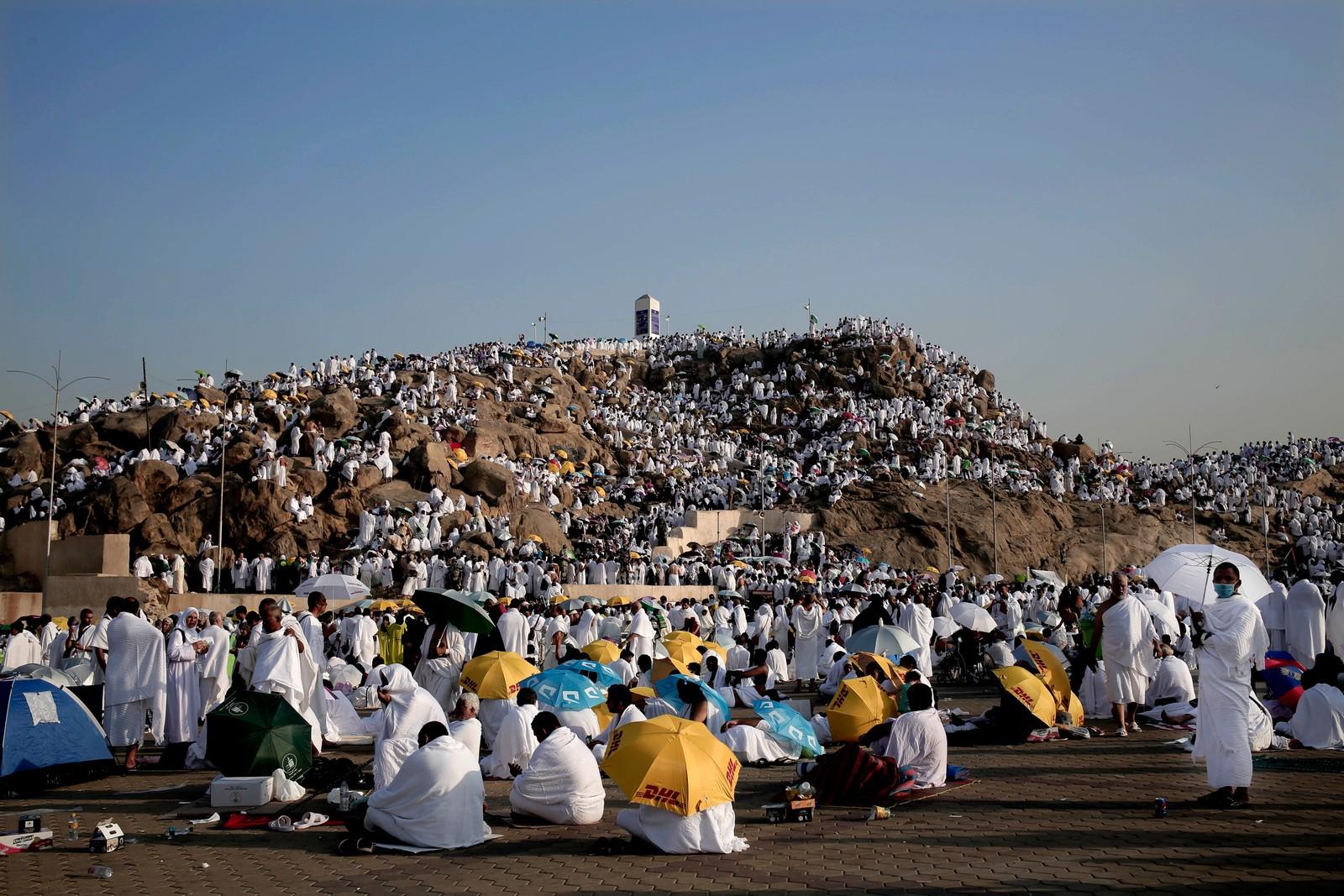 SAMLET PÅ FJELLET: Arafat-fjellet i Saudi-Arabia så nærmest snødekket ut da pilegrimene samlet seg der søndag.