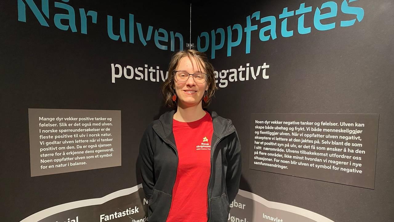 Lise Cats Myhre i ulveutstillingen på Skogmuseet i Elverum