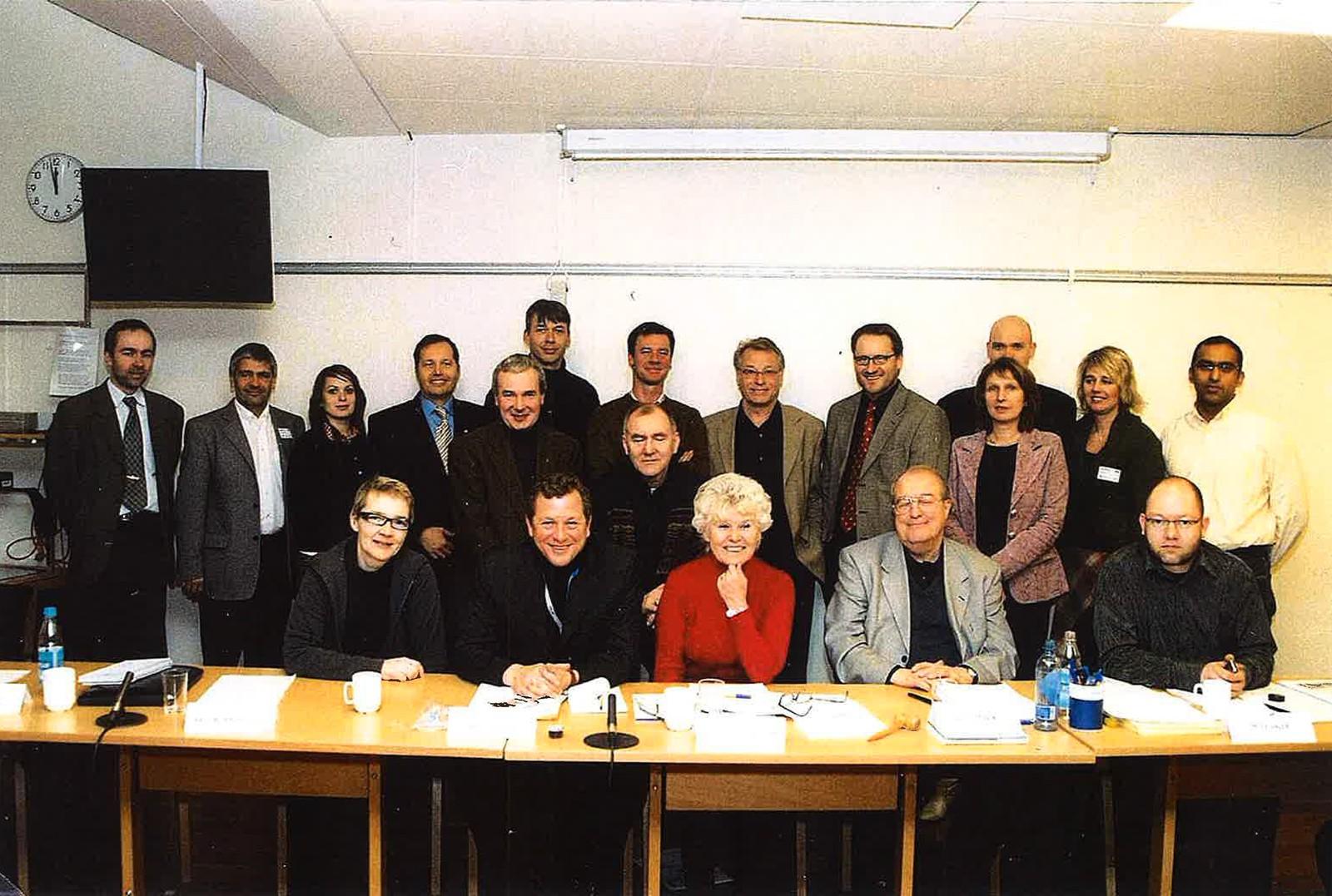 Kringkastingsrådet 2006 - 2209: Ledet av Kjellaug Nakkim i rødt i midten, t v for henne kringkastingssjef John G Bernander.