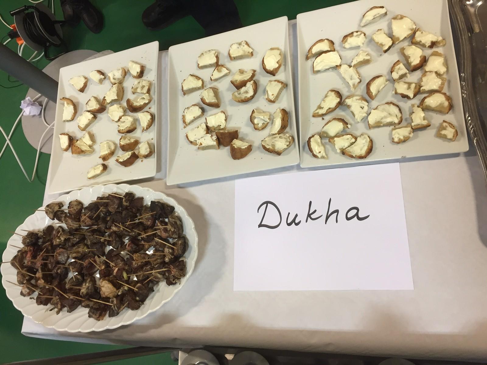 Mat som dukha-folket har laget, brød som er stekt i glør og barbequestick, med lever og kjøtt