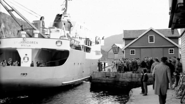 Det kombinerte gods-og passasjerskipet Kommandøren ved kai på Steinen i Førde. Foto: Dagfinn Reiakvam.