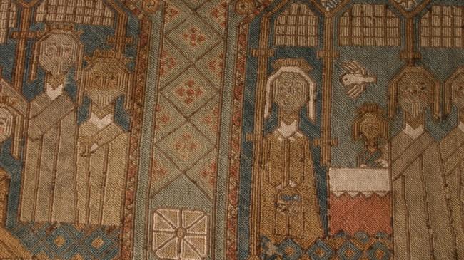 Detalj frå det eldste broderte biletteppet i landet. Det er frå 15-1600-talet og kjem frå Hafslo, men er no på Bergen Muséum. Foto: Arild Nybø, NRK.