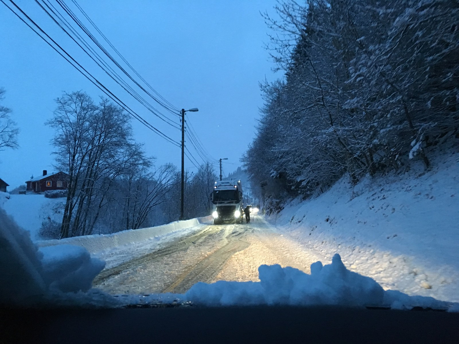 Et vogntog har problemer i Helldal i Hardangervegen, og trafikken nordover står bom fast helt til Nesttun.