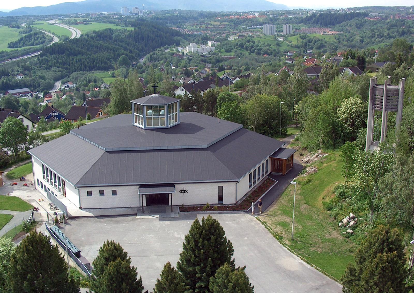 Byåsen kirke ble bygd i 1974 og restaurert i 2006. Kirka har 500 plasser.