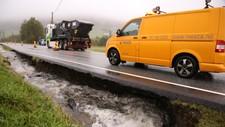 Fra riksvei 13 i Hjelmeland. Det ene feltet blei stengt fordi vannet har gravd seg under veibanen.