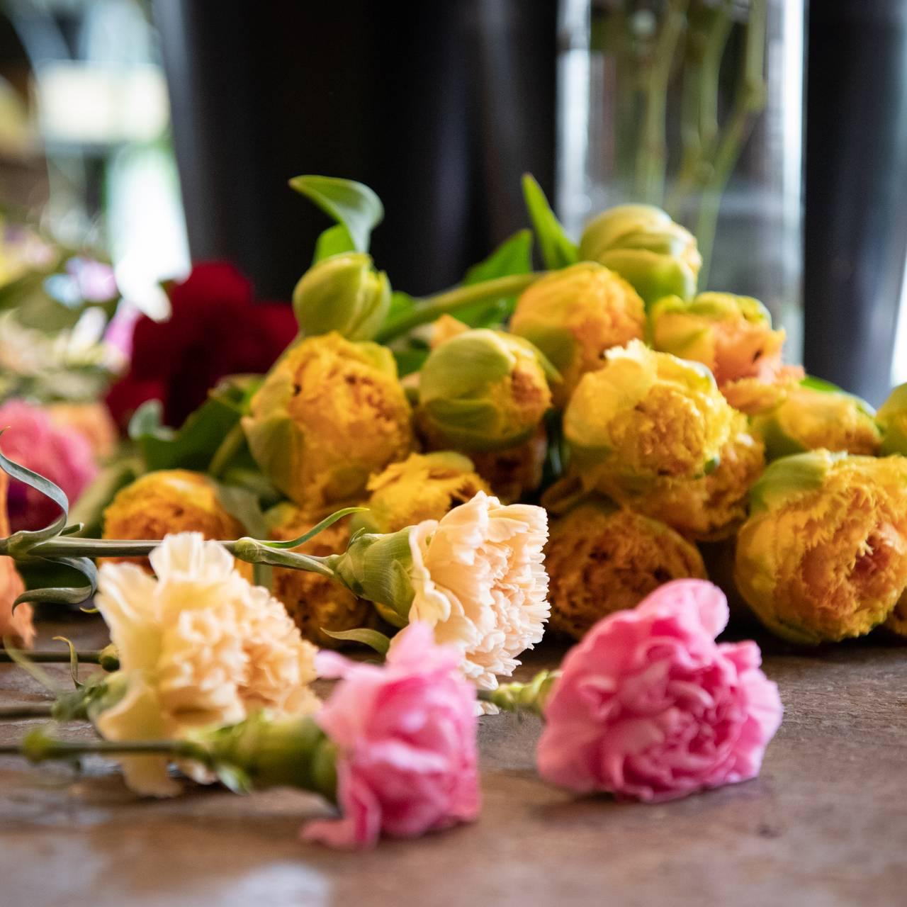 Blomster på bord, tulipaner, nellik, roser