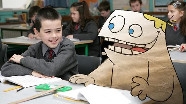 Irsk dramaserie.Roy er en animert pappfigur som lever i den virkelige verden. Han tar del i hverdagslivet, som innebærer skole, venner og familie.