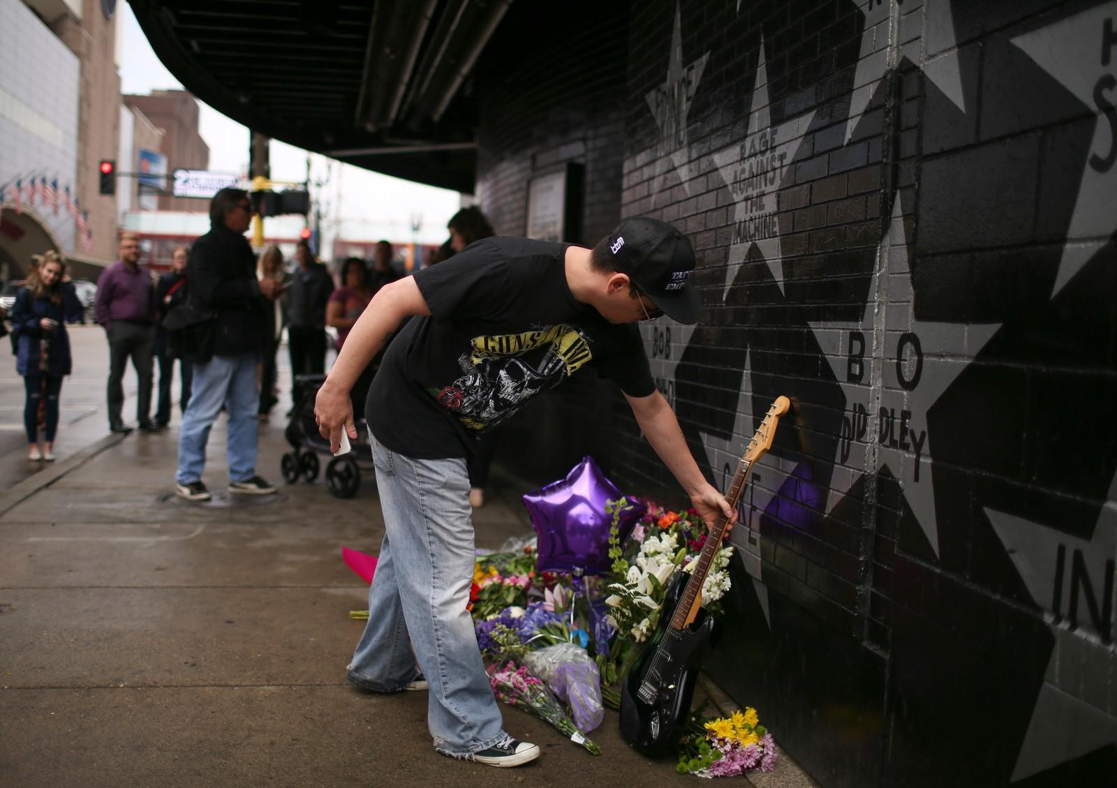 Christopher LaCroix fra Minneapolis legger ned en gitar nær Princes' stjerne på First Avenue. Prince ble funnet død i sitt hjem torsdag.