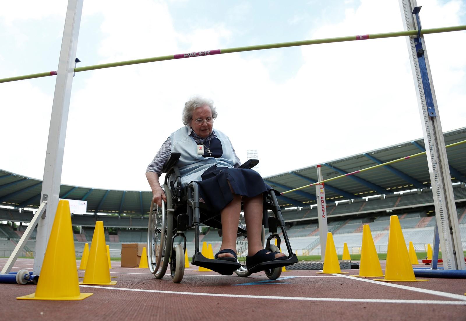 Det kan se slik ut på hinderet i forgrunnen, men vi tror ikke dette er høydehopp. OL for seniorer ble arrangert i Brüssel denne uka, og damen på bildet var en deltagerne.