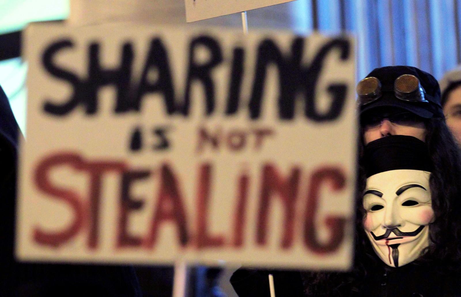 Et medlem av aktivistgruppen 'Anonymous' under en demonstrasjon i Brussel.