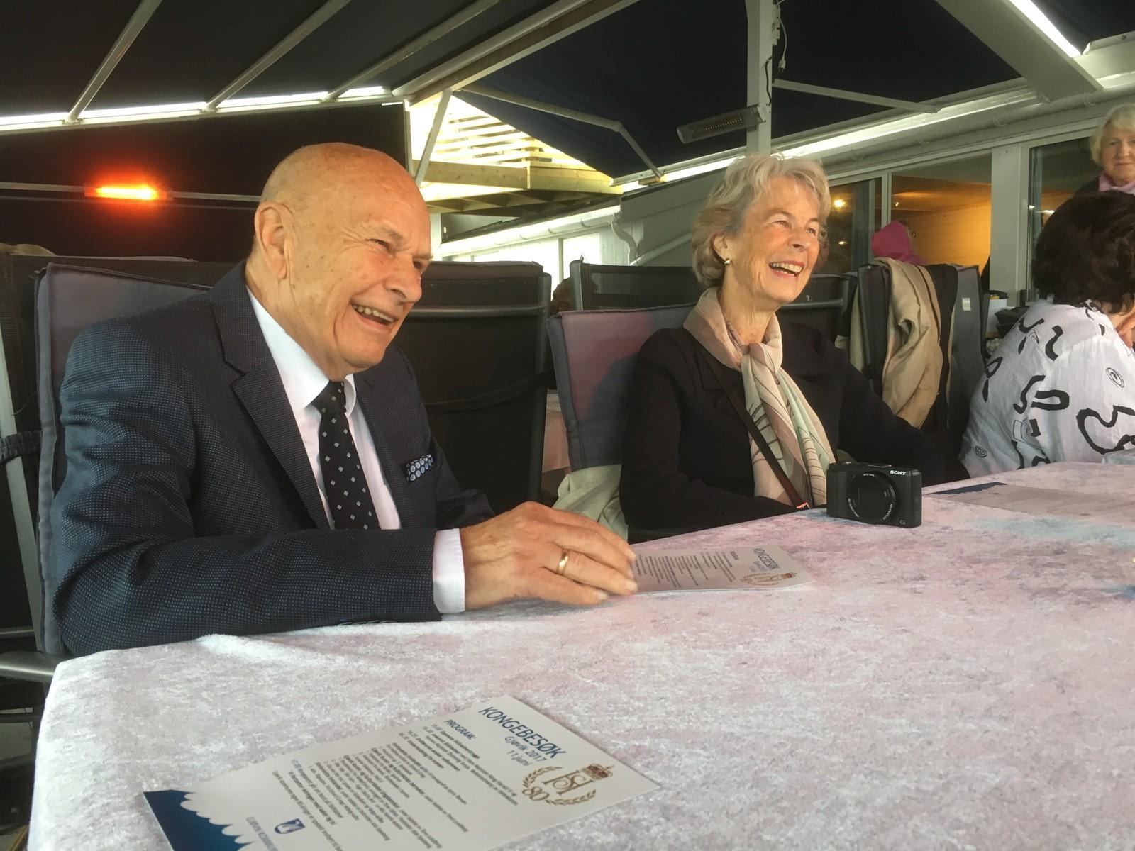 Knut Øyvind Topp er født på samme dag som dronning Sonja og i dag hadde han og flere andre gjøvikensere, som også er 80 år i år, kakefest med kongeparet.