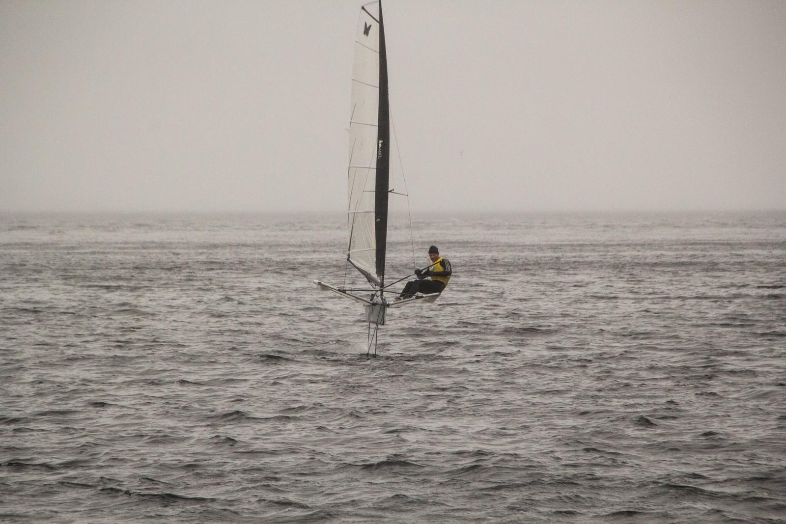 """Rasmus Køstner seiler """"foil"""" på Byfjorden i Kristiansand."""