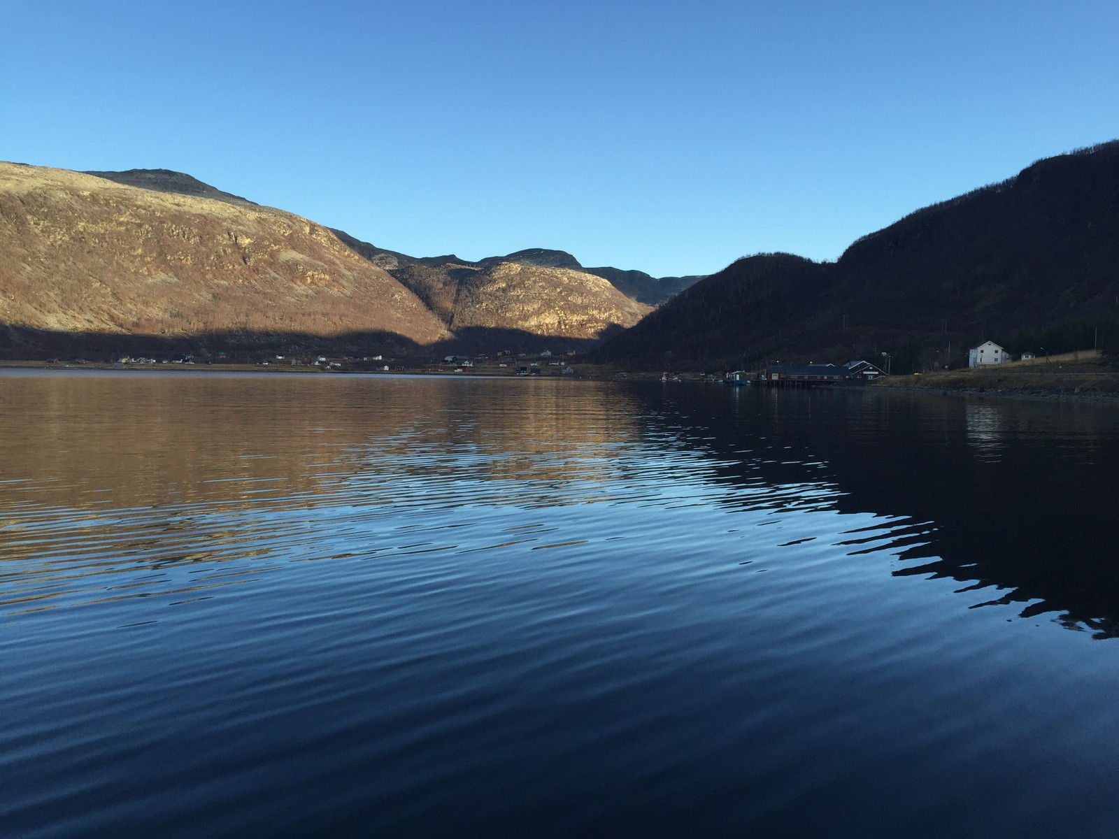 Bygda Lille Lerresfjord med cirka 20 fastboende er isolert som følge av raset. For ti år siden gikk det et ras på samme sted. Den gangen tok det åtte måneder før veien ble åpnet igjen.