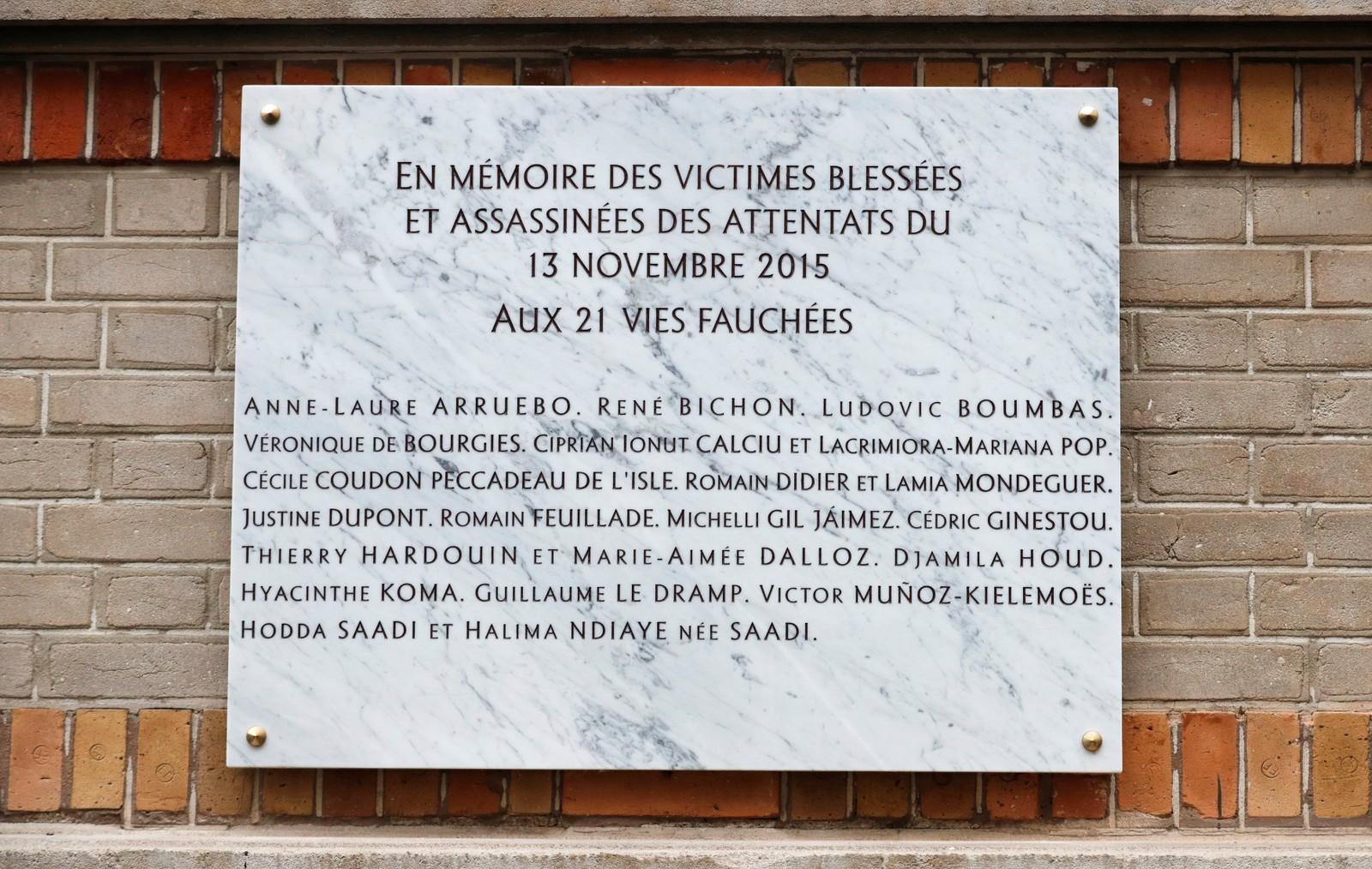"""Minnetavlen utenfor kafeen """"La Belle Equipe"""" i Paris bærer navnene til dem som ble drept i terrorangrepet."""
