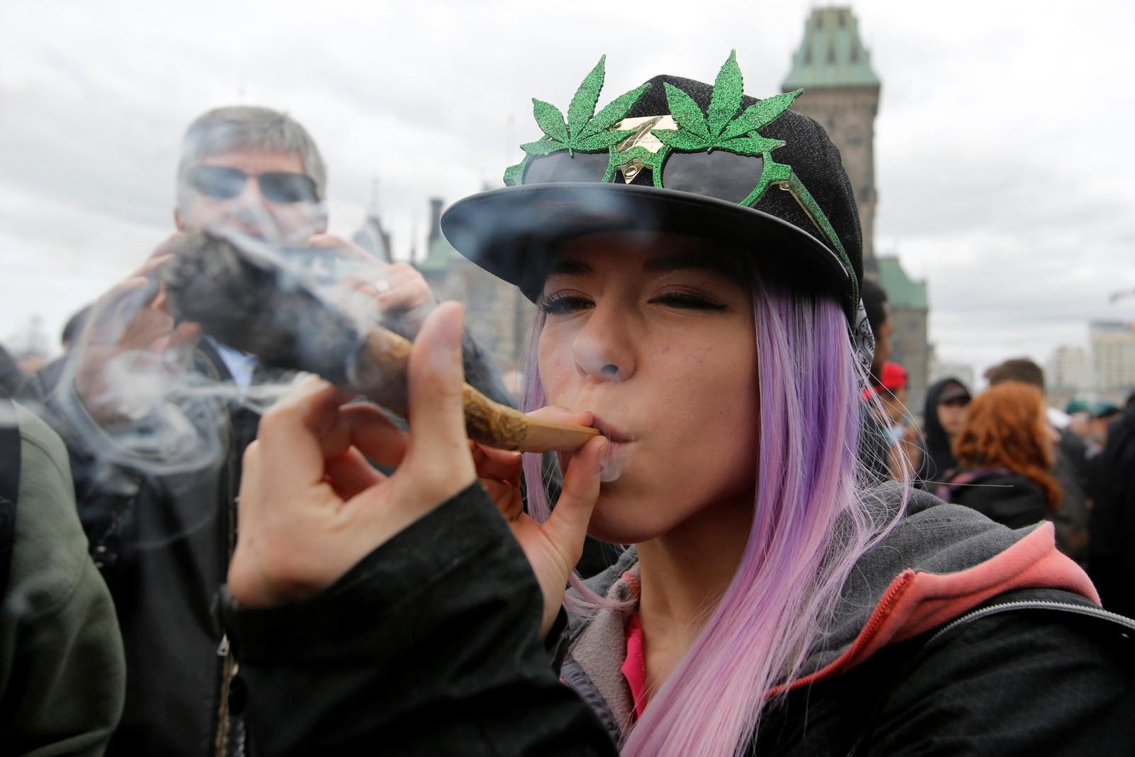 """Mye marihuana-røyk og lite ild da den årlige """"4/20-dagen"""" ble arrangert i Amerika denne uka. 4/20 er et kodeord for marihuana oppfunnet i California i 1971. Etter hvert ble det til at 20. april ble den årlige marihuana-dagen."""