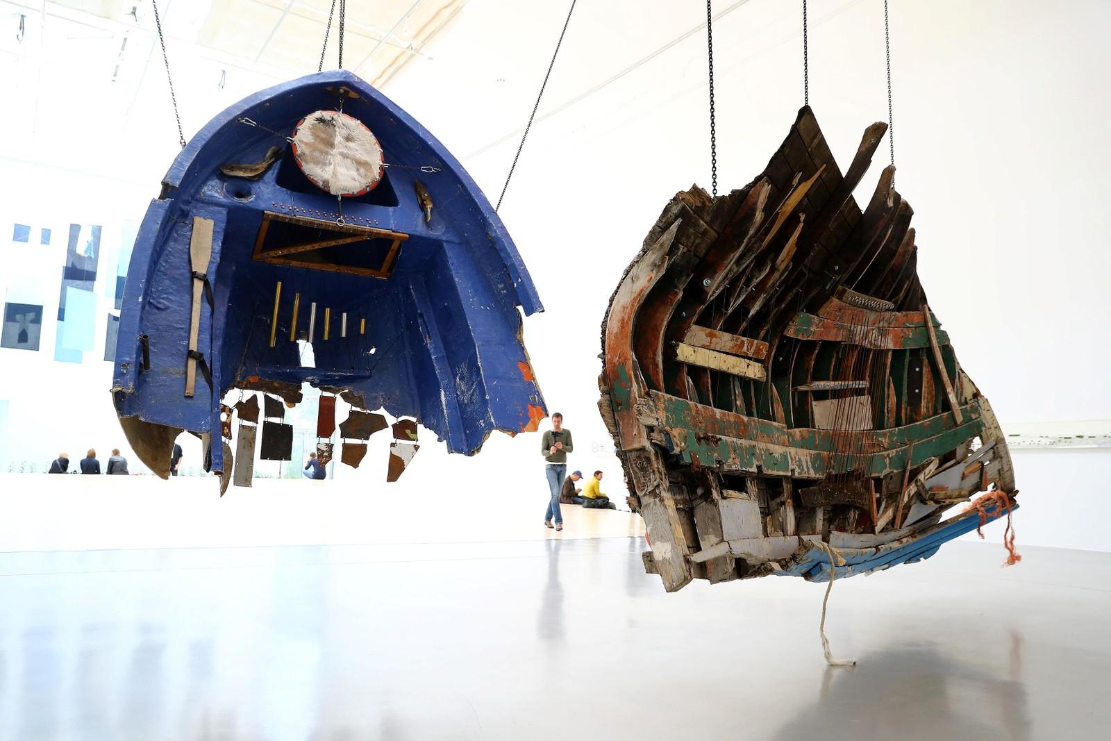 Restene av en flyktningbåt stilles ut av den meksikanske kunstneren Guillermo Galindo. Verket er en del av Tysklands største kunstutstilling, Documenta 14.