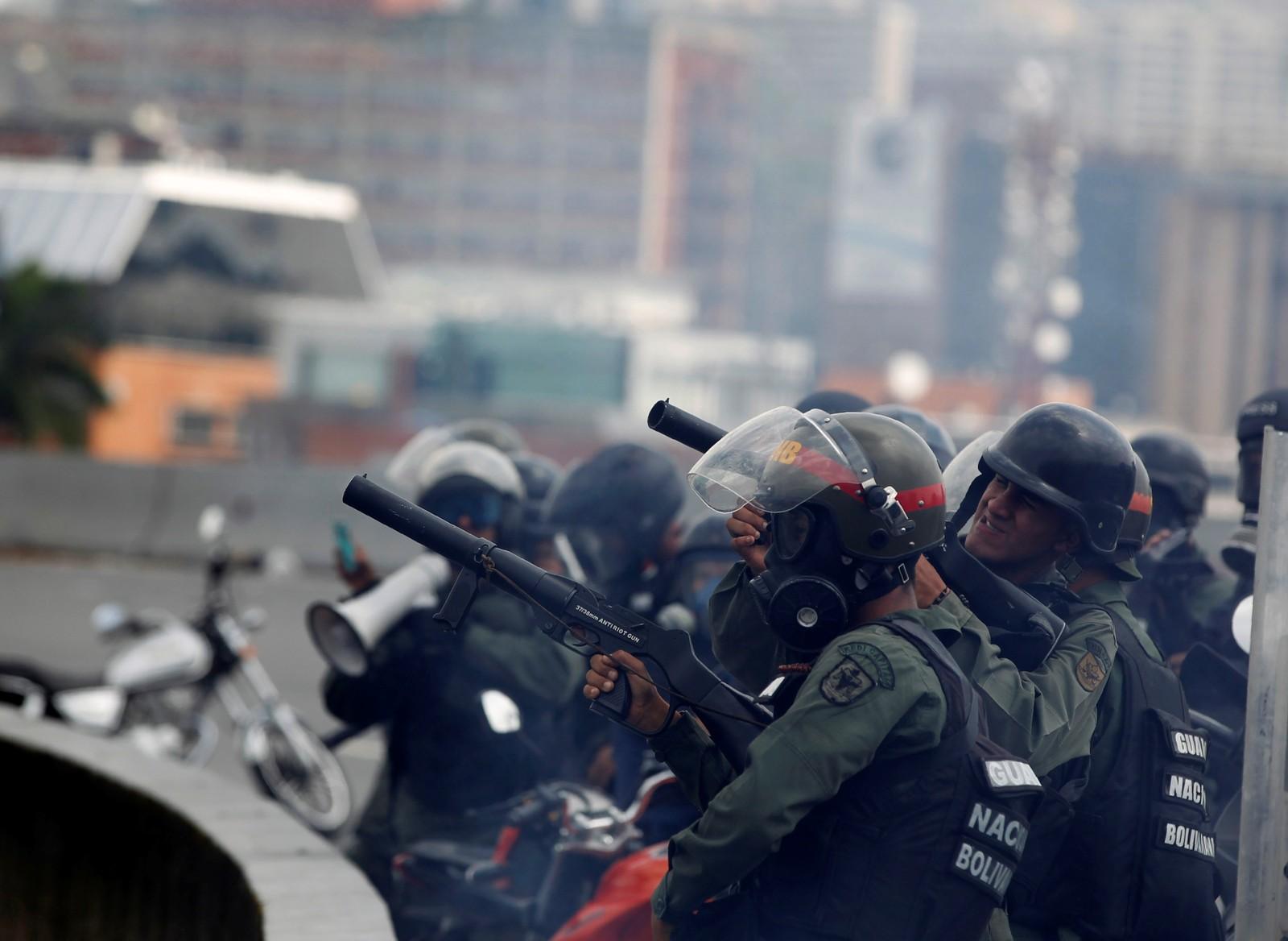 Opprørspoliti tar oppstilling i Caracas.