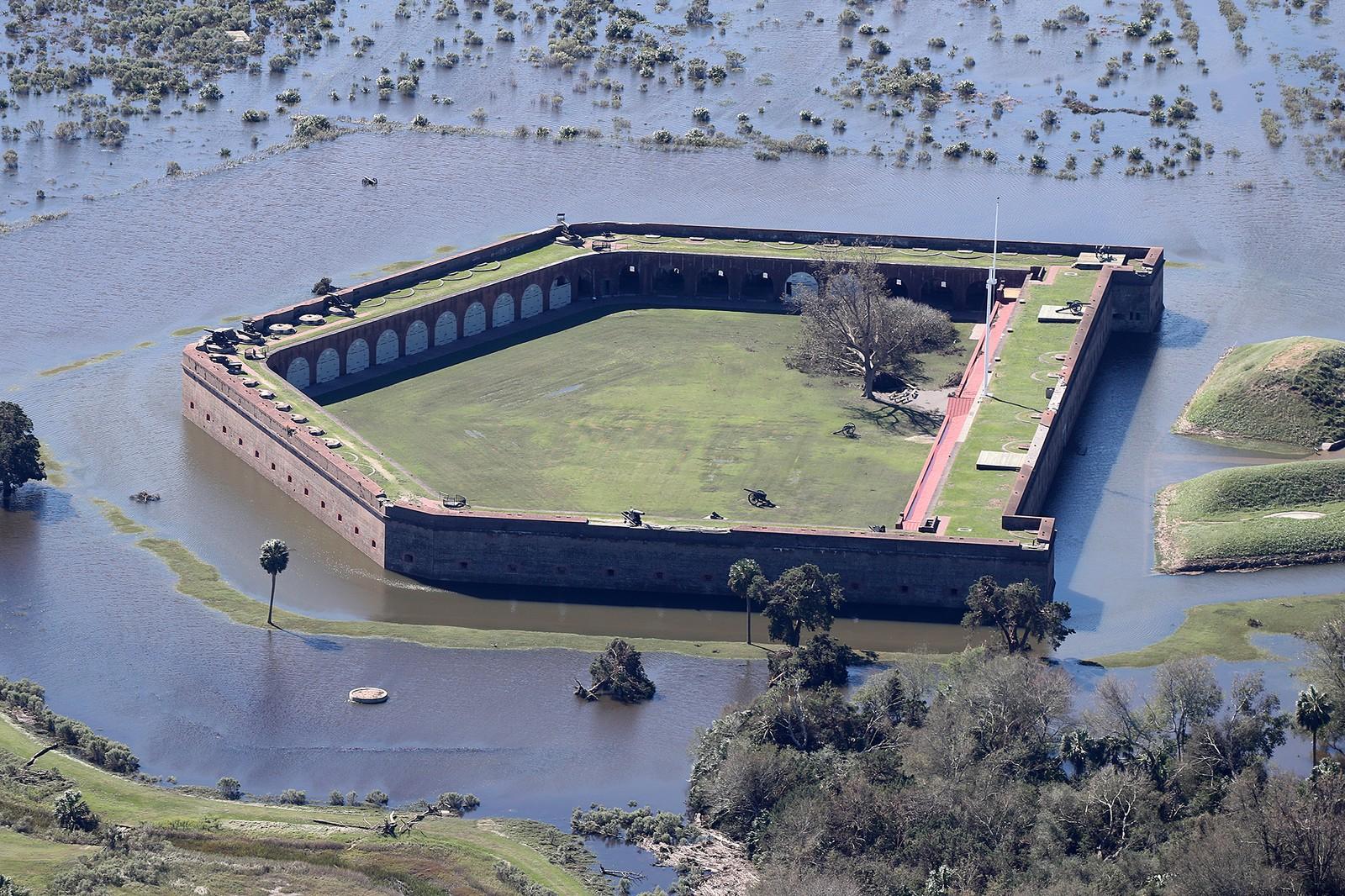 Det historiske Pulaski-fortet i Savannah, Georgia, er helt omgitt av vann etter orkanens herjinger.