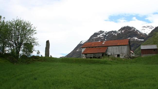 Bautaen som markerer kvar stavkyrkja på Hope stod. Foto: Ottar Starheim, NRK.