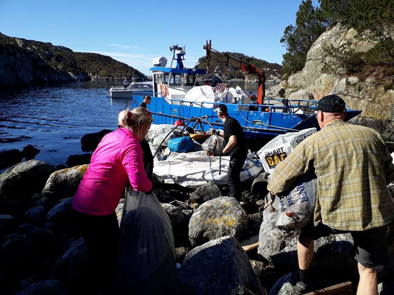 RYDDER: I Dyrøyna i Fjell brukte de båt for å frakte bort søppelet.