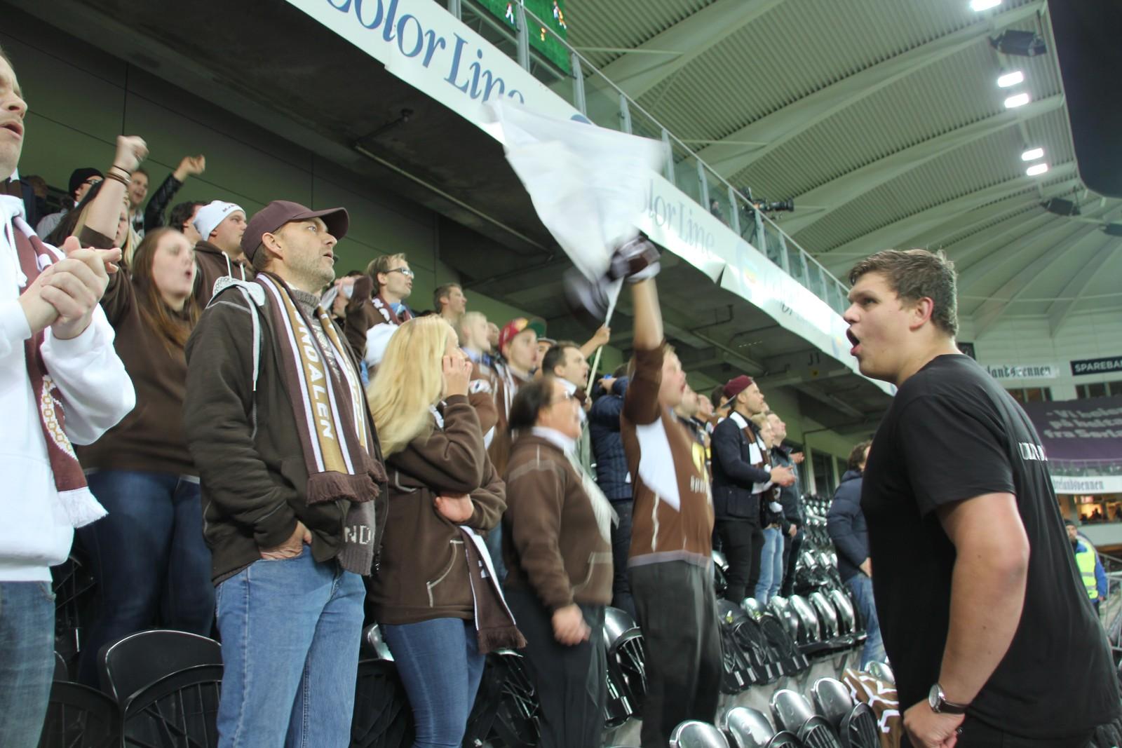 Mjøndalen-supportere i god stemning etter ledermålet.