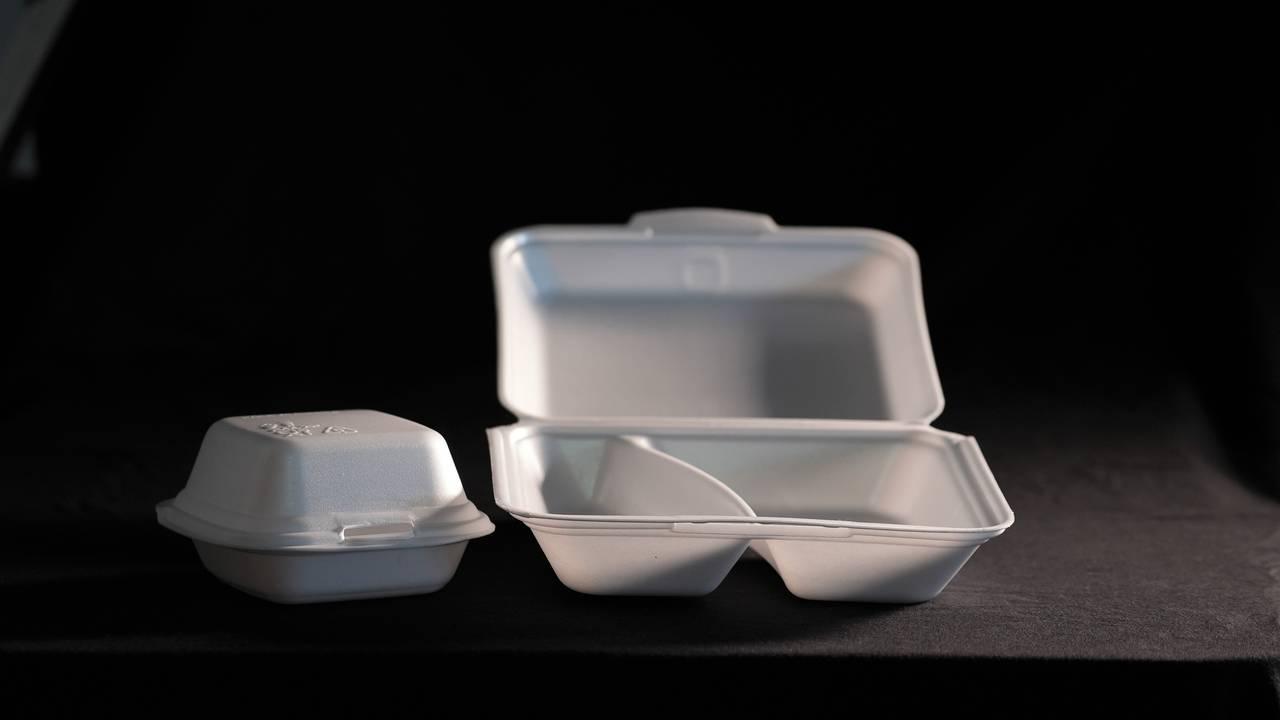Beholdere i polystyren brukes flittig i take away-bransjen. Men snart er det forbudt å omsette disse, også.