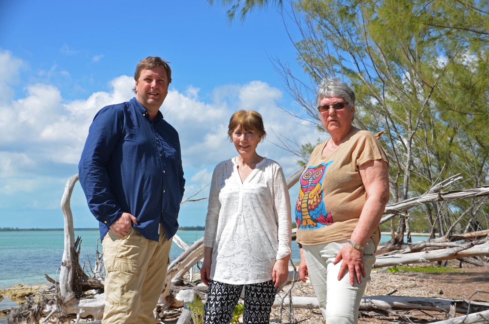 Sporene etter Wenche og Evelyn Thoresens bestefar fører til øya Abaco i Bahamas. I kveld forsøker de sammen med Tore Strømøy å finne bestefars grav.