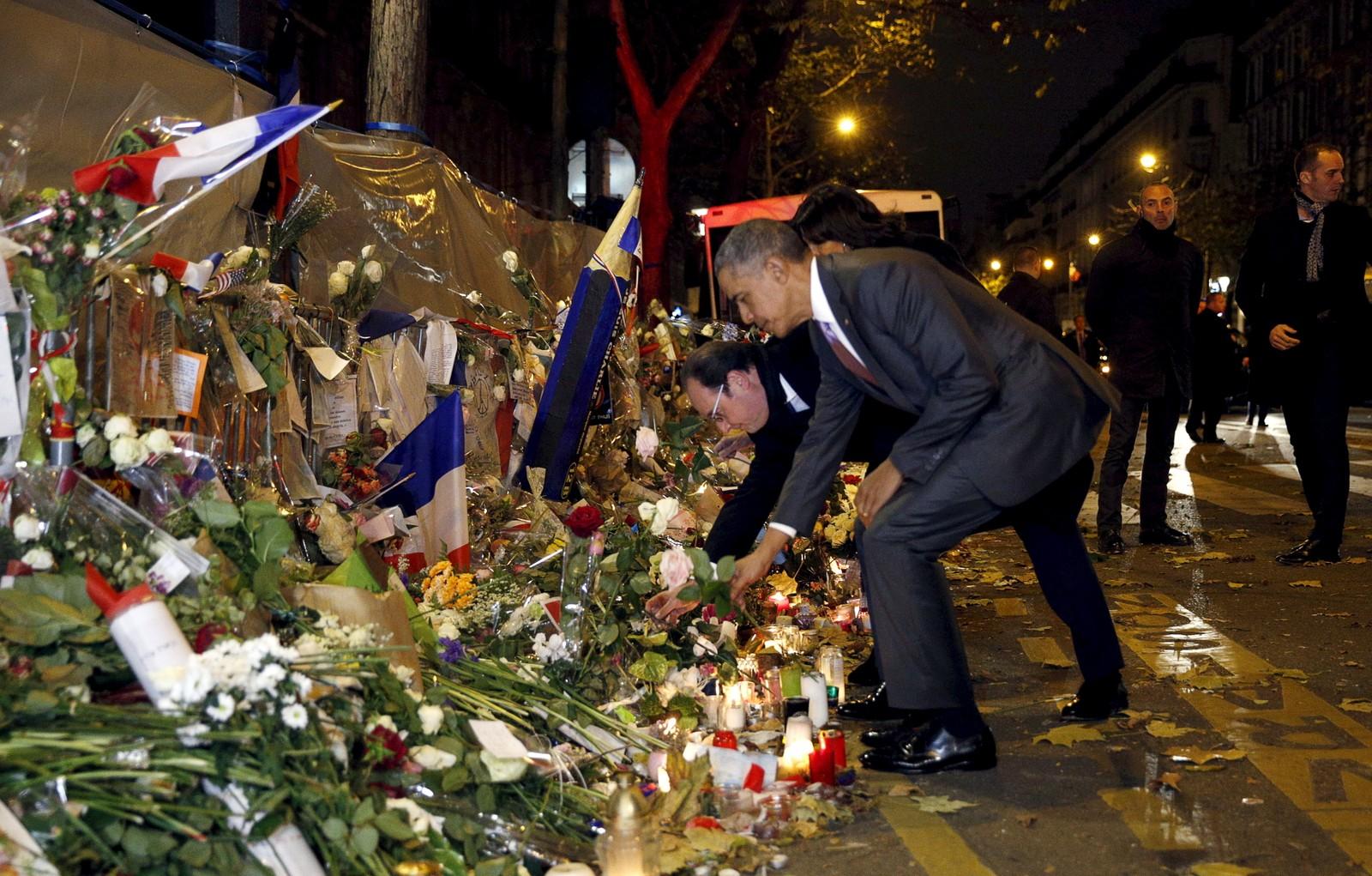 President Francois Hollande og President Barack Obama la denne uka ned blomster til minne om terrorofrene i Paris.