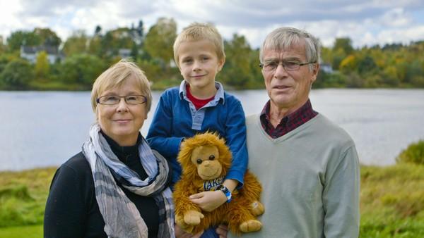 Norsk dokumentarserie. (5:12)Andreas er 6 år og reiser med toget for å besøke besteforeldrene. Sammen med besteforeldrene besøker han et gårdsysteri hvor de møter noen store kuer som er litt skumle.