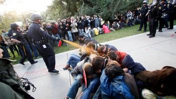 Politimann bruker pepperspray mot studenter på UC Davis i USA.